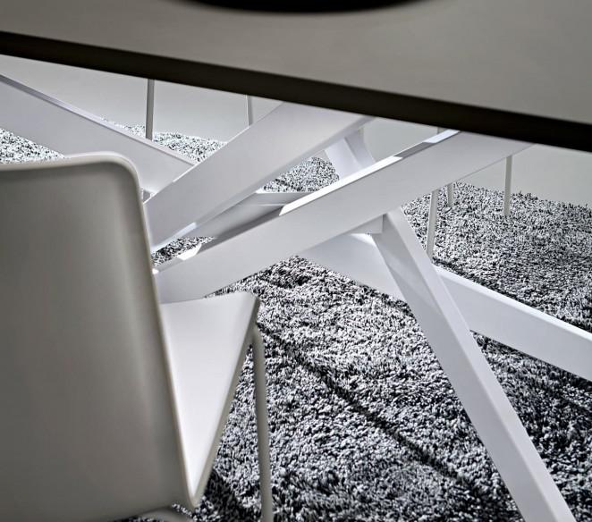 Gambe incrociate Bianche tavolo Renzo