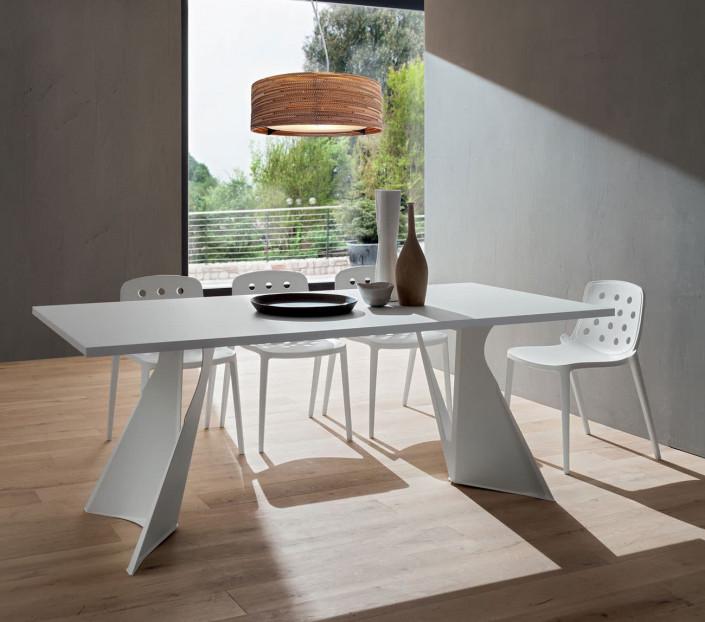 Tavolo moderno con basamento in metallo a vela Claudio